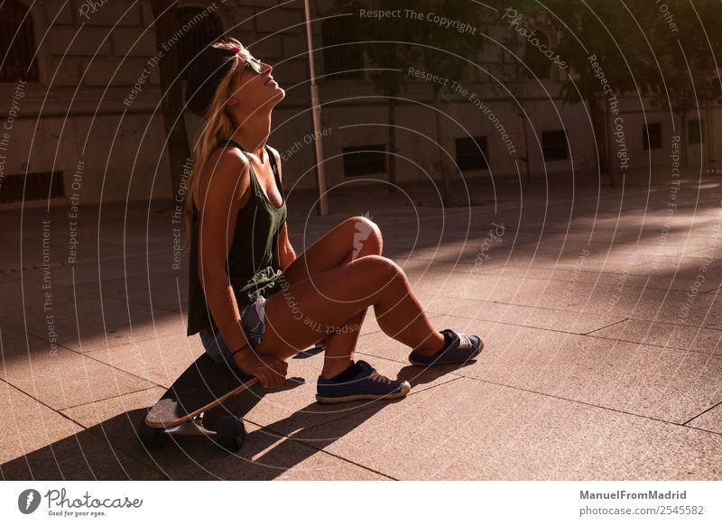 junge Frau, die auf dem Boden ruht. Lifestyle Stil Freude schön Sommer Sonnenbad Erwachsene Stadtzentrum Straße Sonnenbrille blond Coolness Erotik trendy lässig