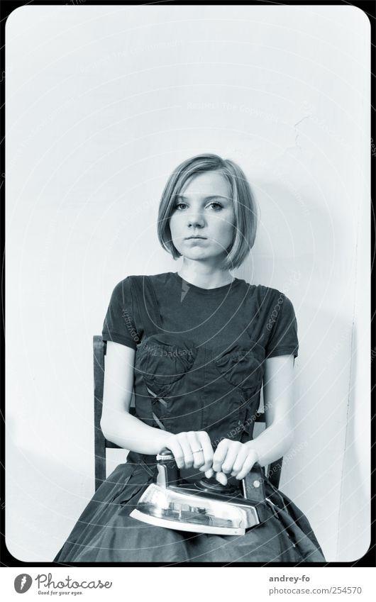 Retro feminin Junge Frau Jugendliche Erwachsene 1 Mensch 18-30 Jahre Kleid kurzhaarig Bügeleisen festhalten Blick sitzen retro schwarz weiß Kraft einzigartig