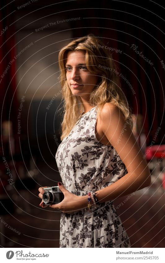 Porträt einer attraktiven jungen Frau Lifestyle Stil Glück schön Gesicht Freizeit & Hobby Fotokamera Technik & Technologie Mensch Erwachsene Mode Denken