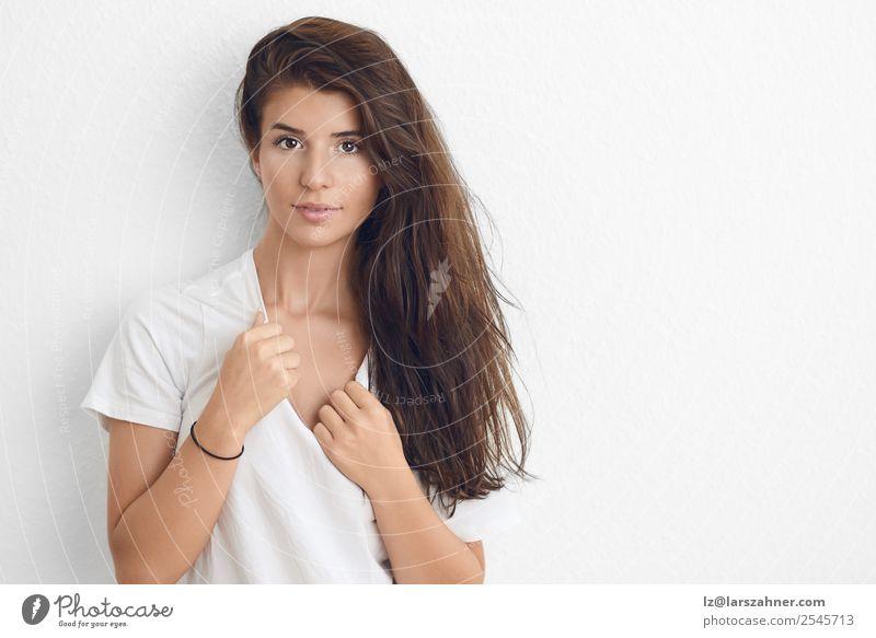 Porträt einer schönen jungen Frau Lifestyle Glück Haut Gesicht Schminke Behandlung Erwachsene 1 Mensch 18-30 Jahre Jugendliche brünett glänzend Lächeln