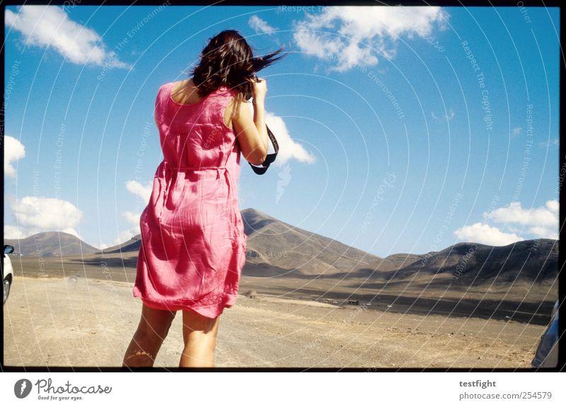 pink Frau Mensch Natur blau Sonne Ferien & Urlaub & Reisen Sommer Erwachsene feminin Landschaft Freiheit Berge u. Gebirge Haare & Frisuren hell Erde