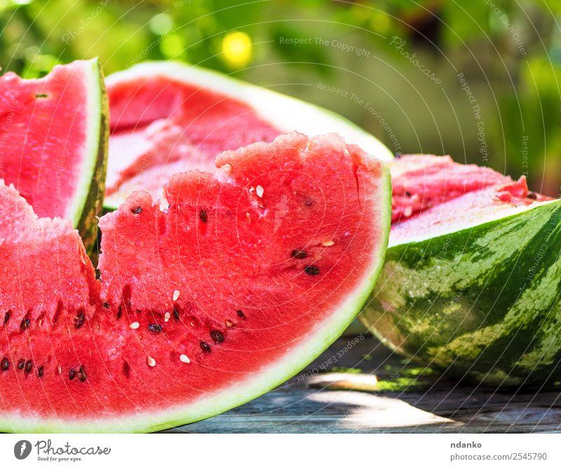 reife rote Wassermelone mit Samen Frucht Süßwaren Ernährung Vegetarische Ernährung Sommer Tisch Natur Holz frisch lecker natürlich saftig grün Farbe organisch
