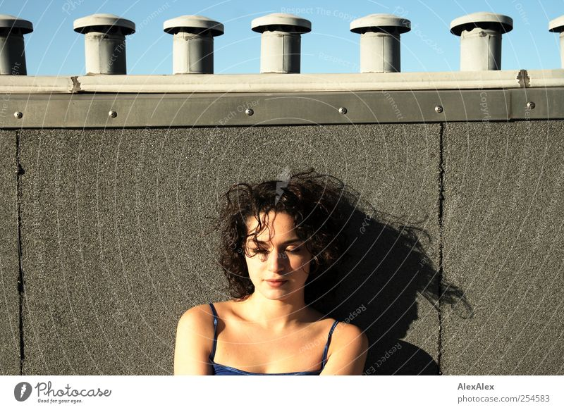 Ein Platz an der Sonne Frau Mensch Jugendliche blau schön Sonne Sommer Gesicht Erholung feminin Erwachsene oben Zufriedenheit Beautyfotografie Dach