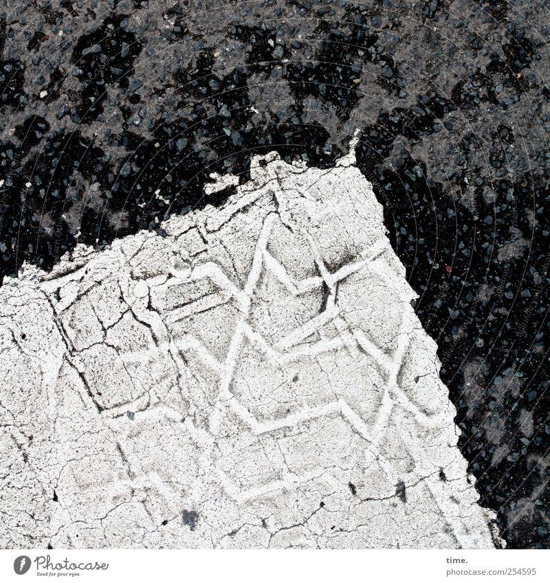 Unökologischer Fußabdruck Verkehrswege Straße schwarz weiß Farbe Farbstoff Asphalt Bodenbelag Reifenspuren Teer diagonal Grafik u. Illustration Schwarzweißfoto