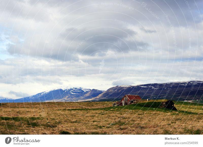 Lonley Mountain alt grün rot Ferien & Urlaub & Reisen Wolken ruhig Einsamkeit Haus Ferne Freiheit Berge u. Gebirge Gras kaputt einfach Hütte Island