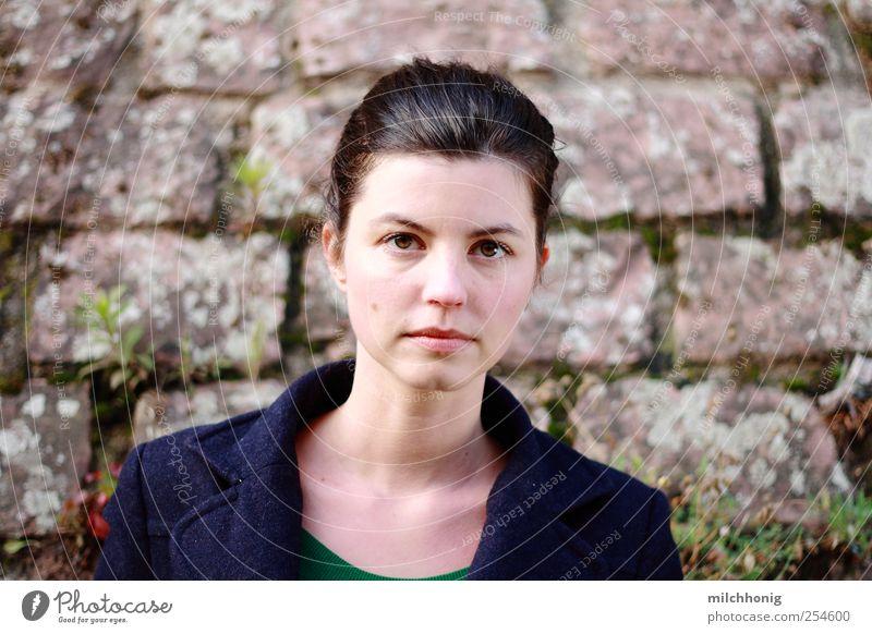 Klarheit Mensch blau weiß schön ruhig Einsamkeit Gesicht feminin Wand Mauer Zufriedenheit ästhetisch authentisch geheimnisvoll brünett
