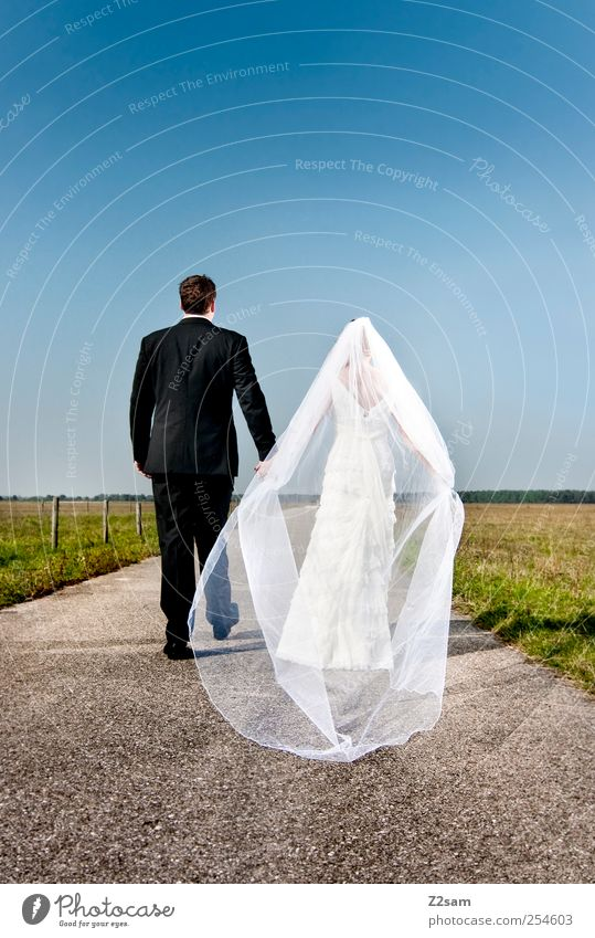 Tobi & Natalie Sommer Hochzeit Mensch Paar Partner 2 Umwelt Landschaft Wolkenloser Himmel Horizont Wiese Brautkleid Smoking anzug Accessoire Schleier Herz gehen