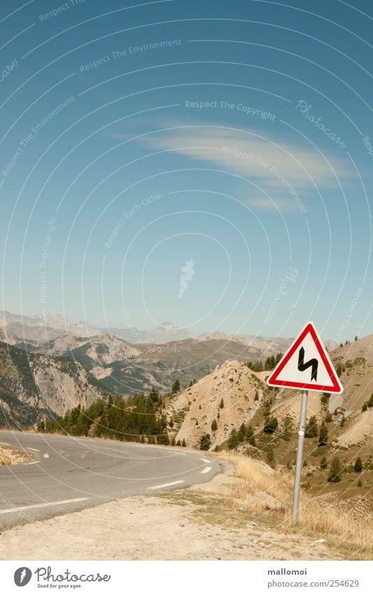 Vorsicht! Es geht rund Himmel Natur blau Umwelt Landschaft Straße Berge u. Gebirge Wege & Pfade Beginn Verkehr Abenteuer gefährlich Hinweisschild Güterverkehr & Logistik Asphalt Alpen