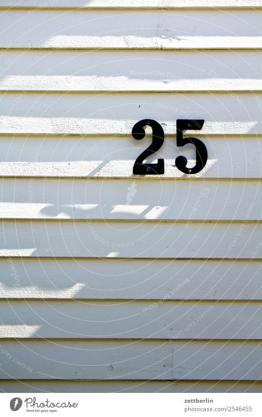 25 Ziffern & Zahlen Hausnummer Adressat Post Rangordnung Holzhaus Fassade Licht Schatten Geburtstag Jubiläum vierteljahrhundert