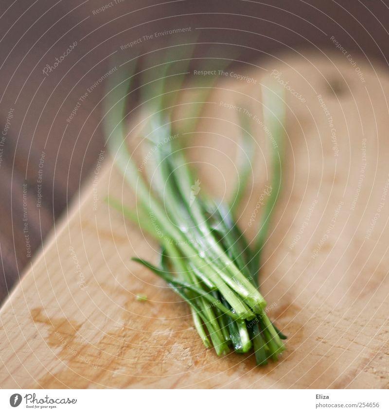 Schnittlauch Kräuter & Gewürze Schneidebrett Holzbrett frisch kochen & garen Küche Gesundheit Vegetarische Ernährung Vegane Ernährung grün Wassertropfen