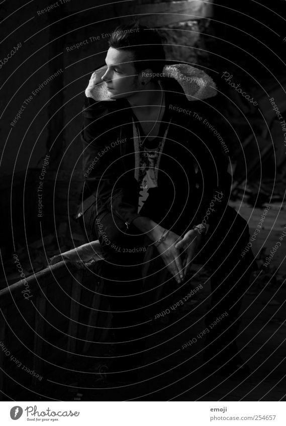 Q. maskulin Junger Mann Jugendliche 1 Mensch 18-30 Jahre Erwachsene Coolness dunkel kalt schwarz sitzen Schwarzweißfoto Innenaufnahme Licht Schatten Low Key