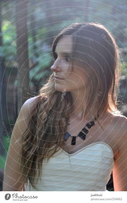 Traumwelt II Frau Mensch Jugendliche grün schön Baum Wald feminin Erwachsene Kopf Haare & Frisuren Denken träumen natürlich stehen