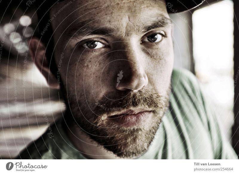 noé Mensch maskulin Gesicht 1 30-45 Jahre Erwachsene Künstler Musiker authentisch Coolness seriös grün schwarz weiß Mütze T-Shirt Unschärfe Vollbart Farbfoto