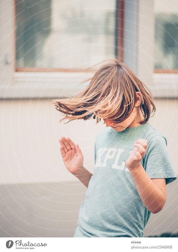 langhaariger Junge macht Hula Hoop Freizeit & Hobby Hula Hoop Reifen Sport Fitness Sport-Training Kindererziehung Schulkind Mensch maskulin 1 8-13 Jahre