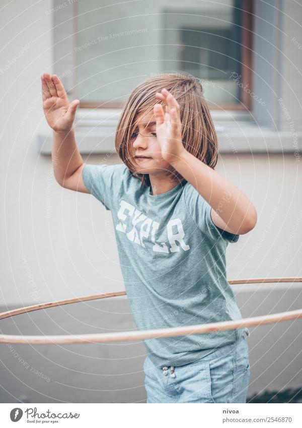 Junge mit langen Haaren macht Hulahoop Leben Sommer Sport Hula Hoop Reifen Schulkind Mensch maskulin 1 8-13 Jahre Kind Kindheit Schönes Wetter Stadt Altstadt