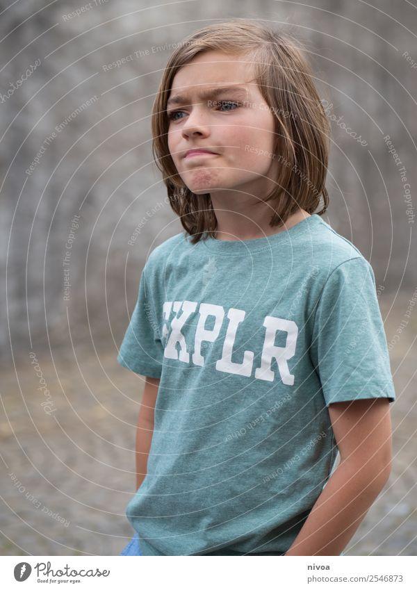 Skeptischer Junge Stil Kindererziehung Mensch maskulin Gesicht 1 8-13 Jahre Kindheit Umwelt Natur Landschaft Park Mauer Wand T-Shirt blond beobachten Denken