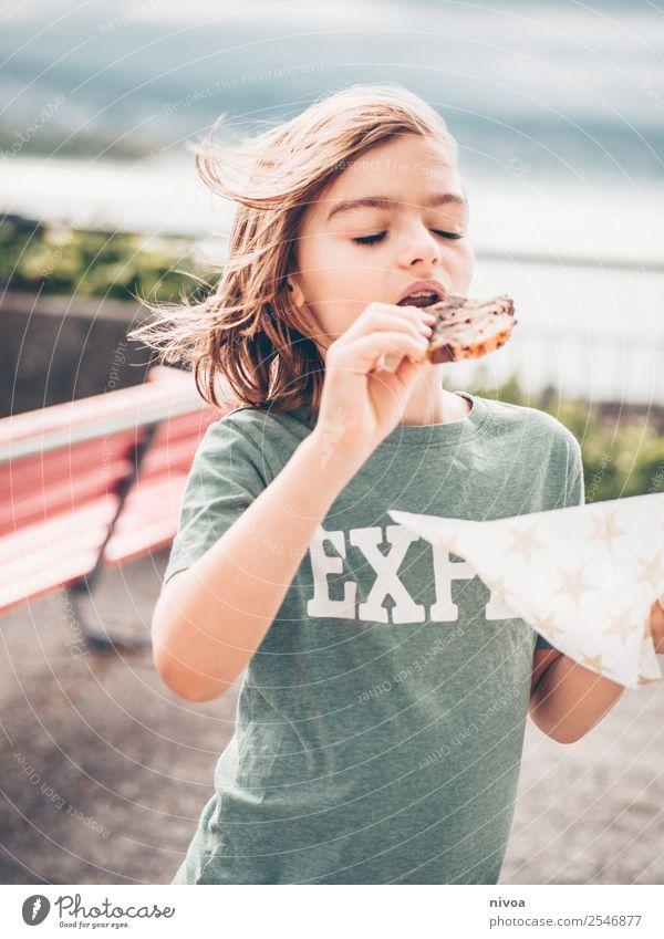 langhaariger Junge geniesst Marmorkuchen Kuchen Serviette Freude Feste & Feiern Geburtstag Kindererziehung maskulin 1 Mensch 8-13 Jahre Kindheit Klima