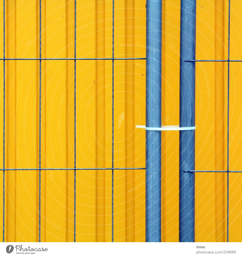Baustellenästhetik Zufriedenheit Arbeitsplatz Handwerk Mauer Wand Container Kabelbinder Metall Linie Streifen blau gelb Sicherheit Schutz Ordnungsliebe Bauzaun