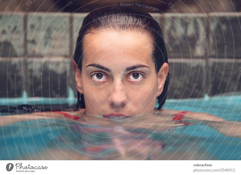 Frau mit orangefarbenem Badeanzug im Pool Frucht Lifestyle Glück schön Erholung Schwimmbad Freizeit & Hobby Ferien & Urlaub & Reisen Sommer Sport Mensch