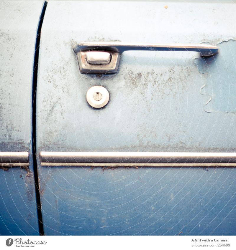 I'll be out of here in no time alt blau PKW dreckig authentisch Coolness außergewöhnlich einzigartig retro Rost trashig Fahrzeug trendy Nostalgie Griff Siebziger Jahre