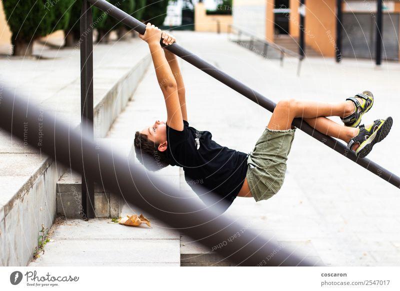 Mutiges Kind, das an einer Parkbar hängt. Lifestyle Freude Glück Gesundheit Wellness Freizeit & Hobby Spielen Sommer Sport Klettern Bergsteigen Sportler
