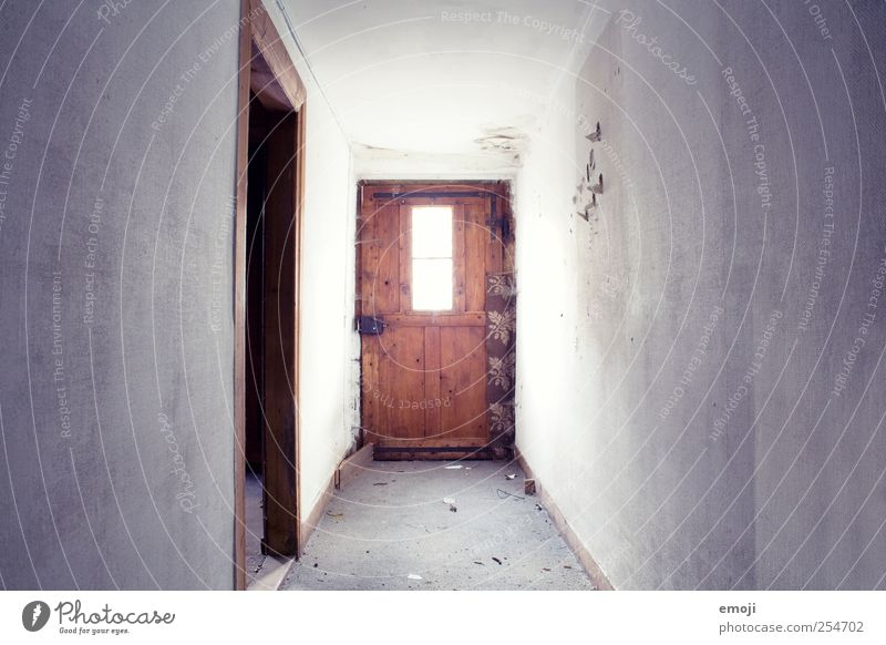 Flur Mauer Wand Fenster Tür alt dreckig Gang altmodisch Farbfoto Innenaufnahme Menschenleer Textfreiraum links Textfreiraum rechts Tag Licht Schatten
