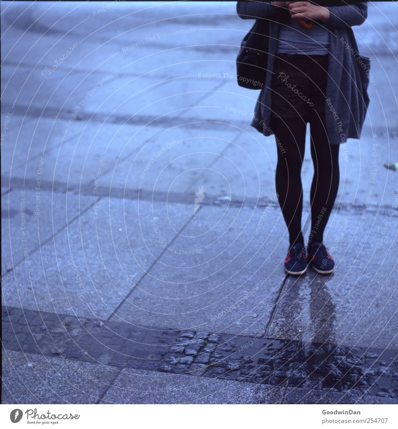 Vorbereitet. Frau Mensch Jugendliche ruhig Erwachsene feminin kalt Stein Mode Schuhe nass Beton stehen Bekleidung Boden