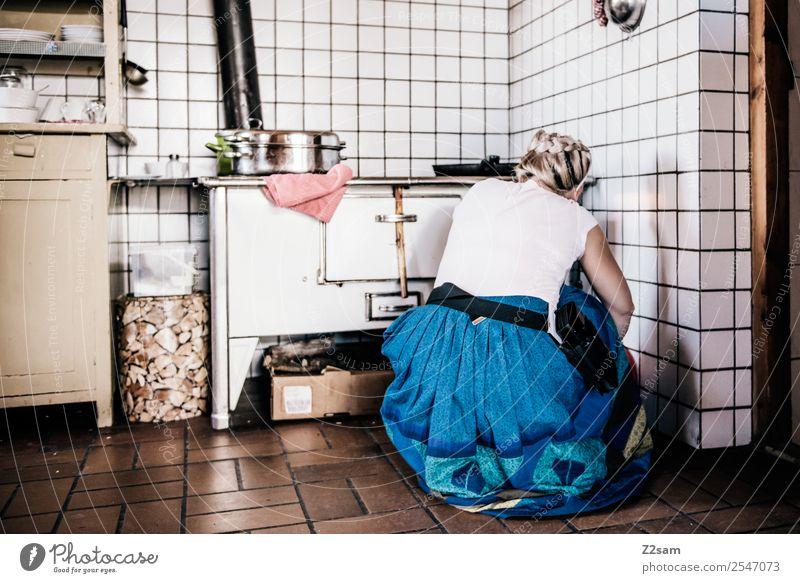 Almhilfe Lifestyle Ferien & Urlaub & Reisen Tourismus Berge u. Gebirge Junge Frau Jugendliche 30-45 Jahre Erwachsene Hütte Tracht Herd & Backofen