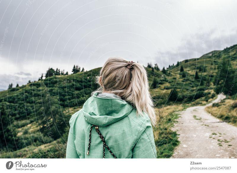 Nachdenkliches Mädchen Natur Jugendliche Junge Frau schön grün Landschaft Einsamkeit ruhig Berge u. Gebirge 18-30 Jahre Erwachsene Herbst Traurigkeit feminin