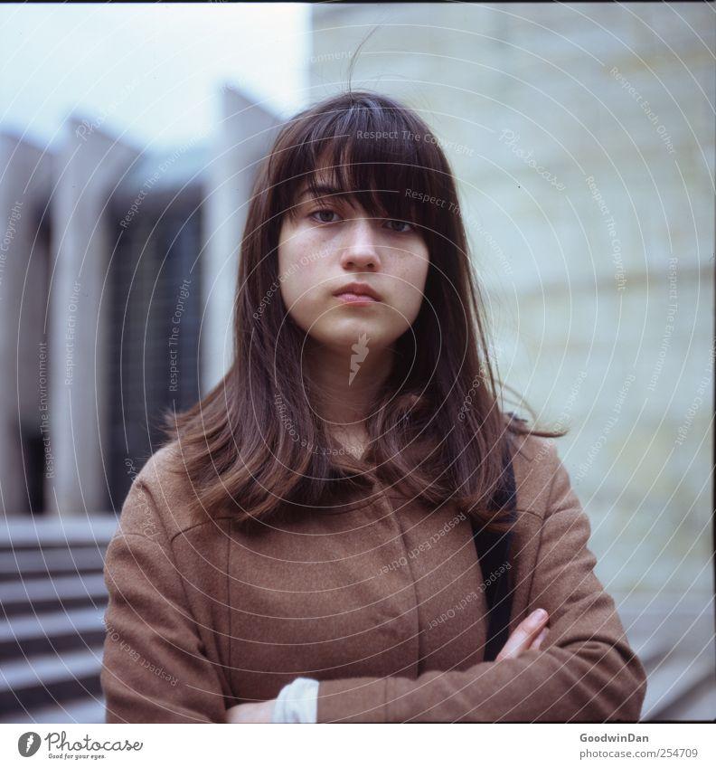 und jetzt? Mensch Jugendliche schön feminin Wand Gefühle Traurigkeit Mauer Stimmung Fassade warten natürlich Treppe Museum Stadtzentrum