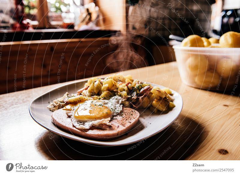 Leberkäse mit Bratkartoffeln Lebensmittel Fleisch Ei Kartoffeln Mittagessen Abendessen Teller Berge u. Gebirge wandern Hütte Duft Gesundheit natürlich