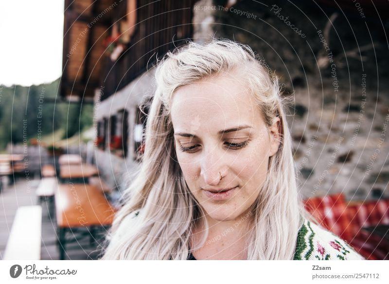 Almsommer 2018 wandern feminin Junge Frau Jugendliche 18-30 Jahre Erwachsene Alpen Hütte Berghütte Terrasse Biergarten Mode Strickjacke Tracht blond langhaarig