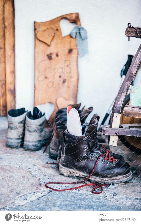 Wanderschuhe auf der Alm Freizeit & Hobby Berge u. Gebirge wandern Schuhe authentisch natürlich sportlich ruhig Fernweh Abenteuer Bewegung Nostalgie Ordnung