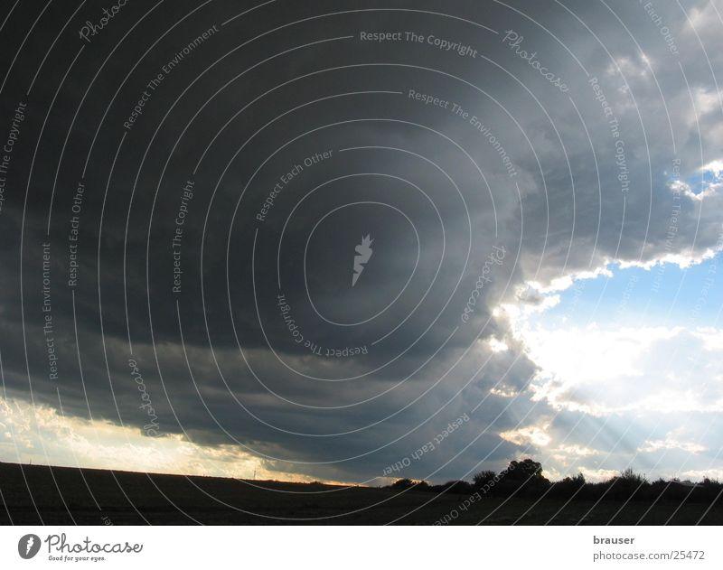 Twister Sturm Wolken Horizont Wind dramatisch Gewitter