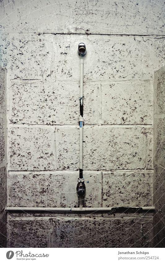 kalt. Schwimmbad Scham Angst Dusche (Installation) Unter der Dusche (Aktivität) Bad verfallen altmodisch unbequem Wand Mauer Duschkopf Altbau Gefängniszelle