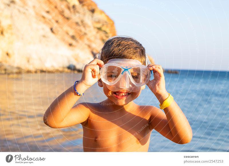 Kind mit Taucherbrille am Meeresufer Lifestyle Freude Glück Erholung Schwimmbad Freizeit & Hobby Ferien & Urlaub & Reisen Sommer Strand Sport tauchen Mensch