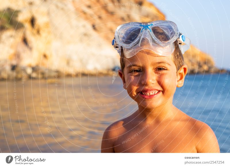 Kind mit Taucherbrille am Meeresufer Lifestyle Freude Glück Erholung Schwimmbad Freizeit & Hobby Ferien & Urlaub & Reisen Sommer Strand Sport Schwimmen & Baden