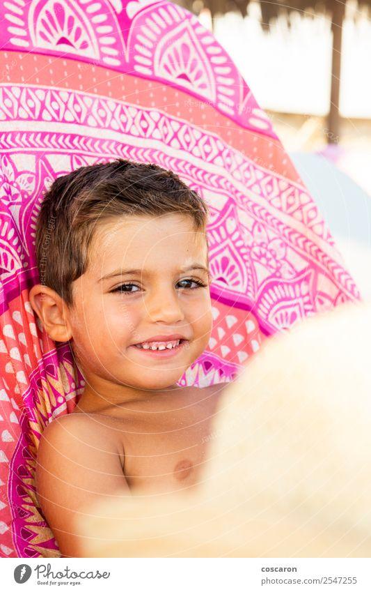 Liebenswertes Kind, das auf einer Hängematte am Strand sitzt. Lifestyle Freude Glück schön Leben Ferien & Urlaub & Reisen Sommer Insel Stuhl Mensch maskulin