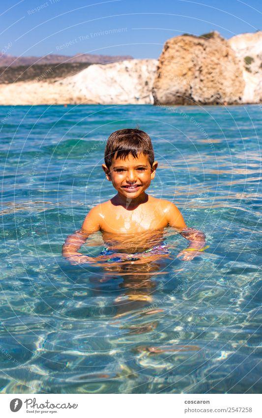 Kleiner Junge, der mit transparentem Wasser auf dem Meer schwimmt. Lifestyle exotisch Freude Glück schön Gesicht Freizeit & Hobby Spielen