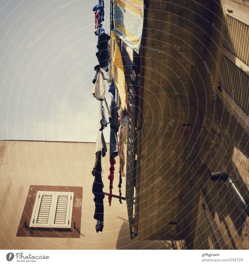 wäschetrockner Himmel Haus Fenster Wand Mauer Gebäude Fassade Sauberkeit Reinigen Italien Dorf Balkon hängen Wäsche waschen Wäsche trocknen