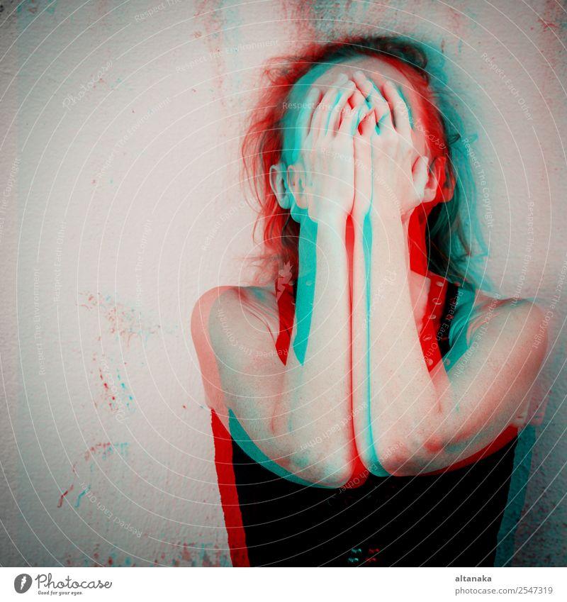 Porträt einer traurigen Frau sitzt im Freien in der Nähe des Hauses in der Tageszeit. Konzept der Traurigkeit. Glitched Stil Foto. Lifestyle Gesicht Mensch