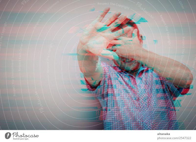 Porträt eines traurigen Mannes steht im Freien in der Nähe des Hauses in der Tageszeit. Konzept der Traurigkeit. Glitched Stil Foto. Lifestyle Gesicht Mensch