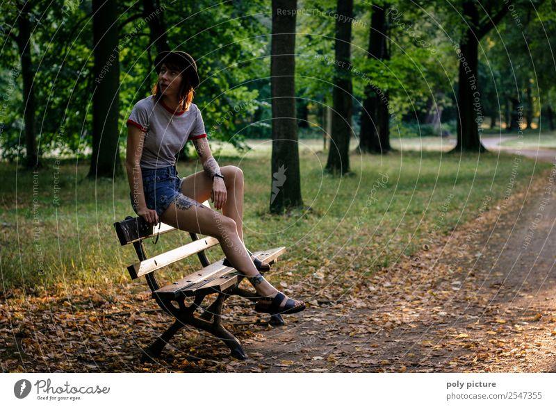 [LS127] - Warten auf Godot Frau Ferien & Urlaub & Reisen Jugendliche Junge Frau Stadt 18-30 Jahre Lifestyle Erwachsene Leben Zufriedenheit Angst Park
