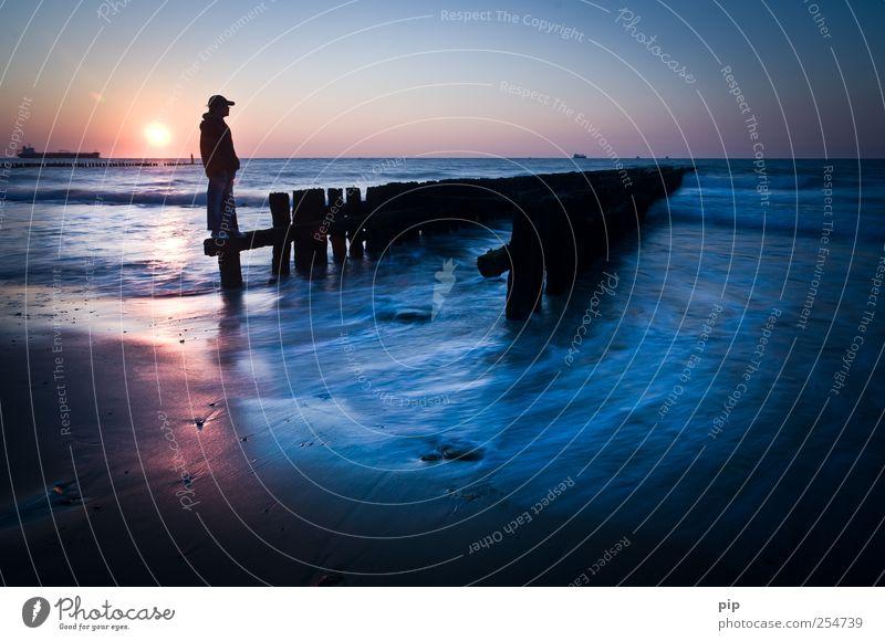sohntag Mensch blau Sonne Meer Sommer Strand Ferne Küste Traurigkeit Wellen Horizont maskulin Tourismus außergewöhnlich stehen nachdenklich