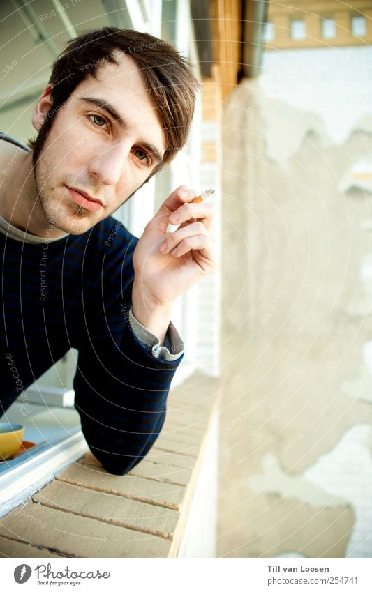 jean fume Mensch Mann Jugendliche blau weiß ruhig Haus gelb Gefühle Erwachsene grau Zufriedenheit Fassade maskulin Autofenster Rauchen