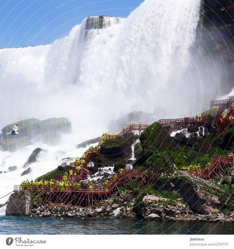 American Niagara Falls Mensch Menschenmenge Fußgänger gigantisch Urelemente Wasser fallen blau Kanada Niagara Fälle Wasserfall Wassermassen Fluss USA Tourismus