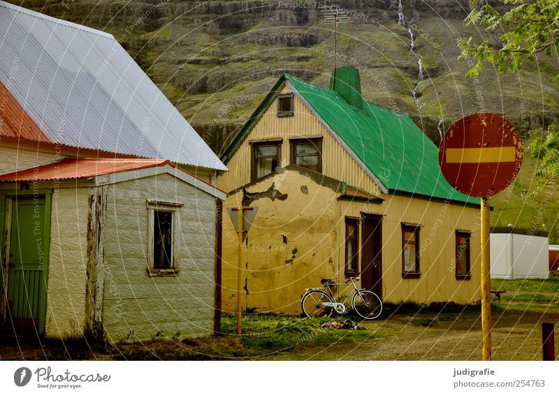 Island Seyðisfjörður Dorf Hafenstadt Haus Einfamilienhaus Bauwerk Gebäude Mauer Wand Straße Zeichen Schilder & Markierungen Verkehrszeichen grün