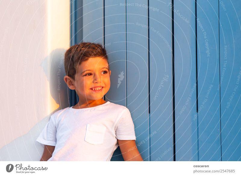 Kind Mensch Sommer blau schön weiß Haus Freude Fenster Gesicht Lifestyle Holz Glück Junge klein Design