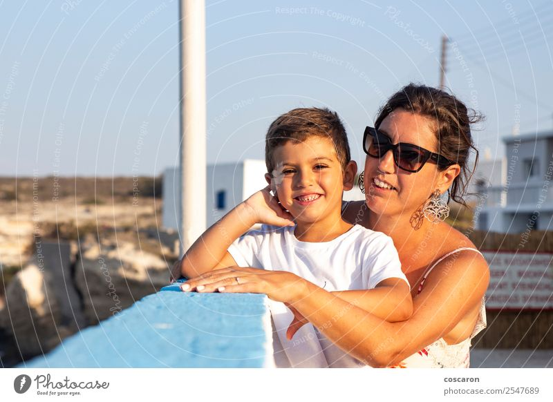 Mutter und Sohn im Sommer zusammen im Freien Essen Lifestyle Freude Glück schön Ferien & Urlaub & Reisen Tourismus Garten Muttertag Kind Mensch maskulin feminin