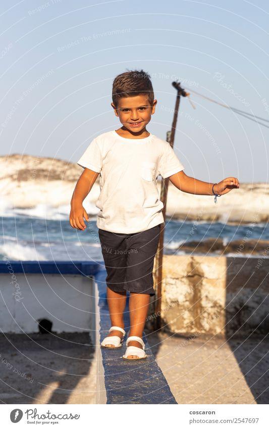 Kind Mensch Natur Sommer blau schön weiß Freude Junge klein Spielen Mode Stein Felsen Freizeit & Hobby Kindheit